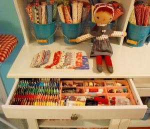 organizar tecidos em baldinhos ou caixinhas bonitinhas